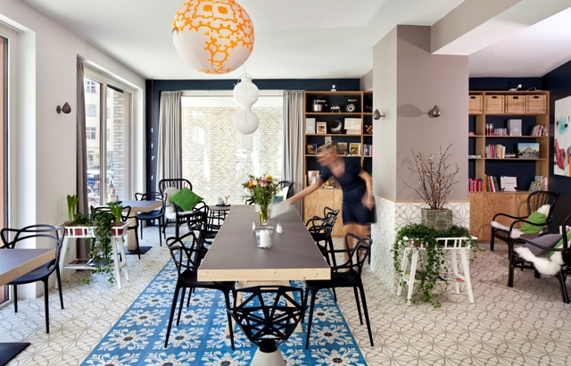 perfektes-appartment-in-berlin-mitte-cafe-tisch