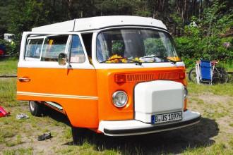 kurzurlaub-mit-kind-in-mecklenburg-vorpommern-oldtimer-vw-bus-orange