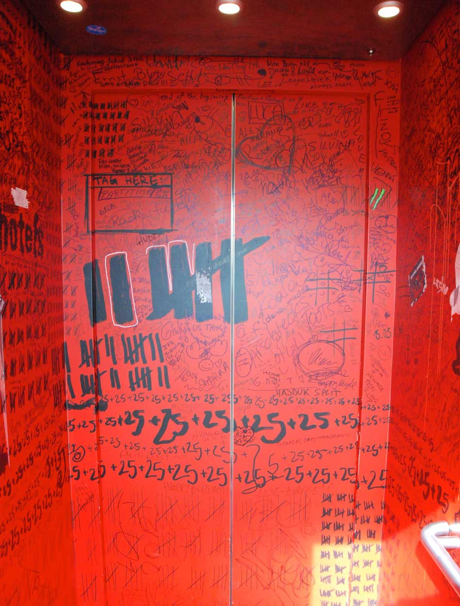 Wien-erleben-mit-Kind-25hours-hotel-fahrstuhl-graffiti