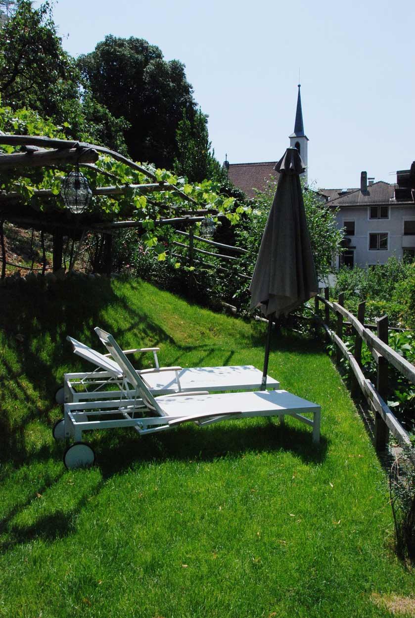 Liegen im Garten Pension Ottmanngut in Meran