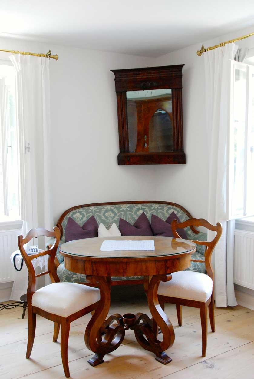 Kleine Sitzecke im Ecksalon Pension Ottmanngut in Meran