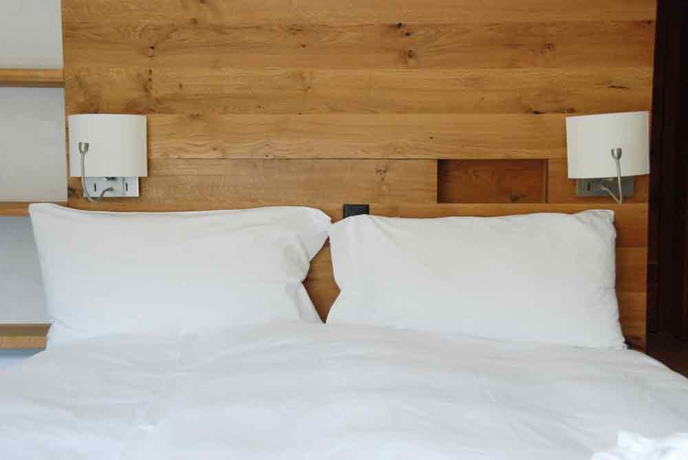 rocksresort-Doppelbett-Stylishe-Familienappartments-in-Laax