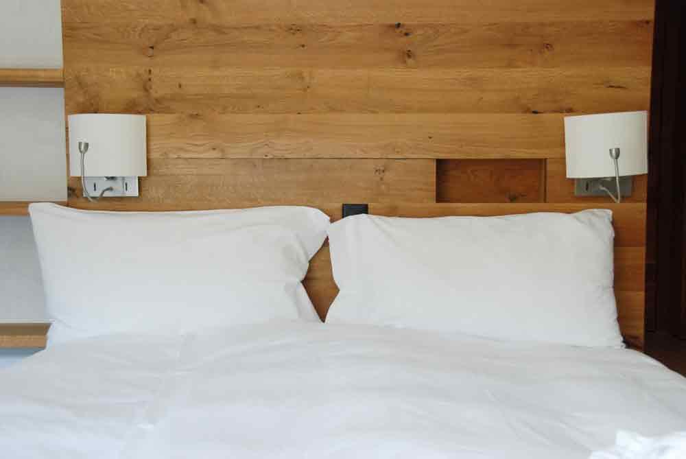 rocksresort-Doppelbett-Stylishe-Familienappartments-in-Laax