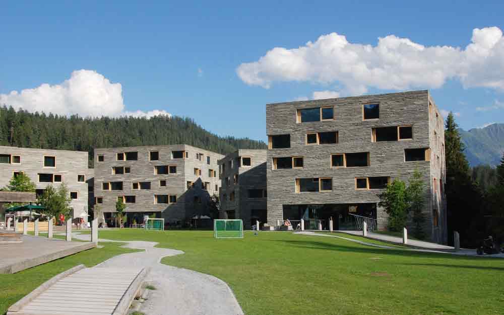 rocksresort-aussenansciht-Stylishe-Familienappartments-in-Laax