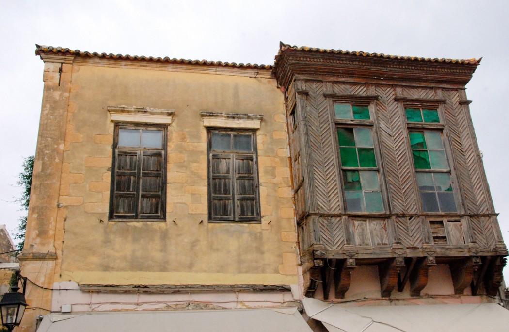 Mit dem Auto unterwegs auf Kreta alte Haeuser in Rethymno