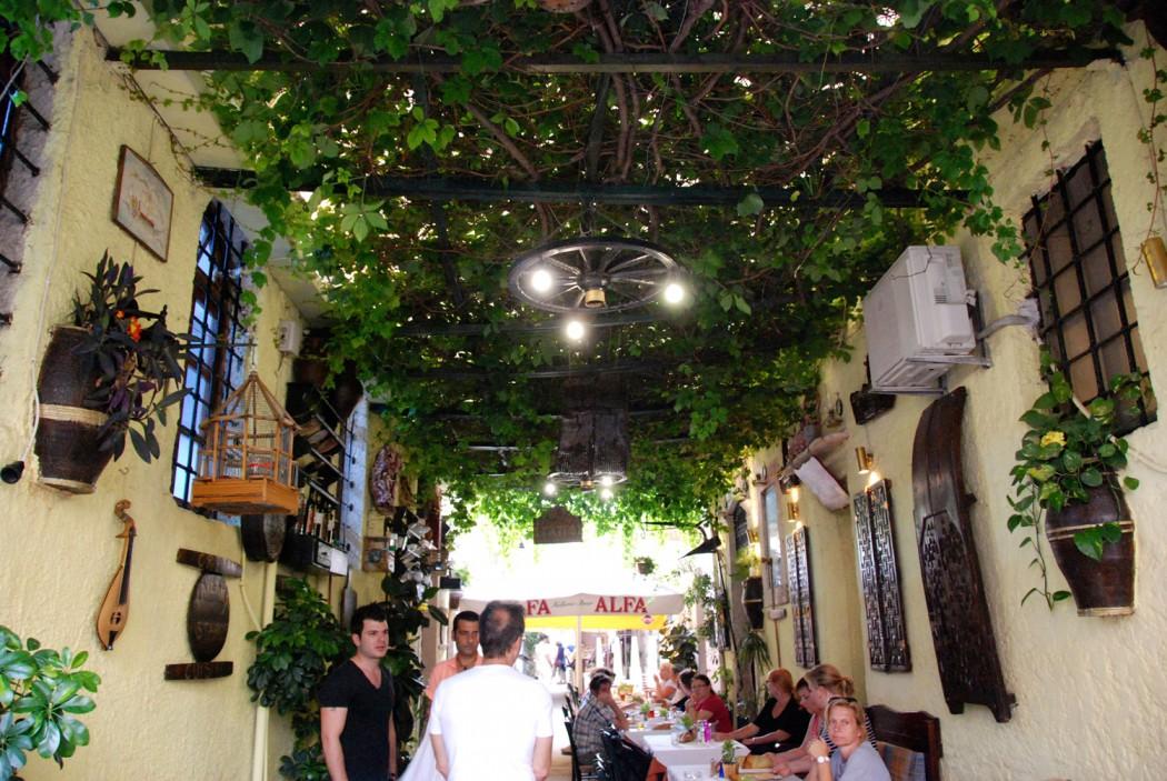 Mit dem Auto unterwegs auf Kreta schoene Gasse in Rethymno