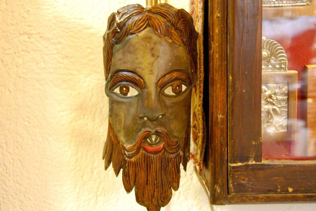 Mit dem Auto unterwegs auf Kreta antike Maske in Rethymno