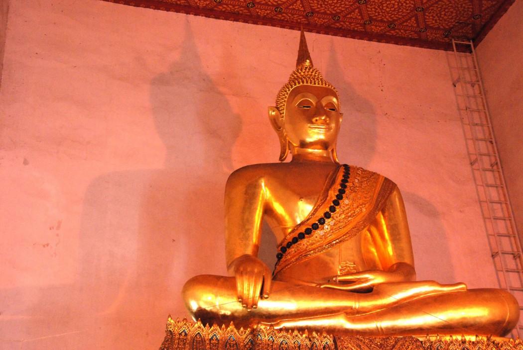 mit dem Fahrrad durch Bangkok Buddahstatue