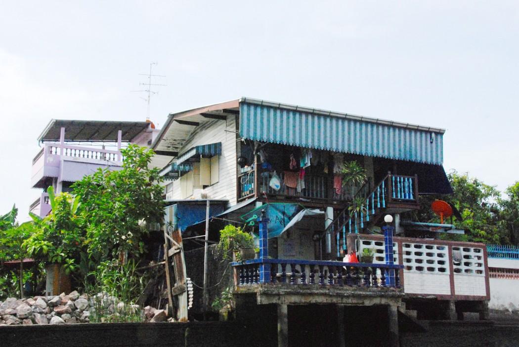 mit dem Fahrrad durch Bangkok blaues haus am Kanal