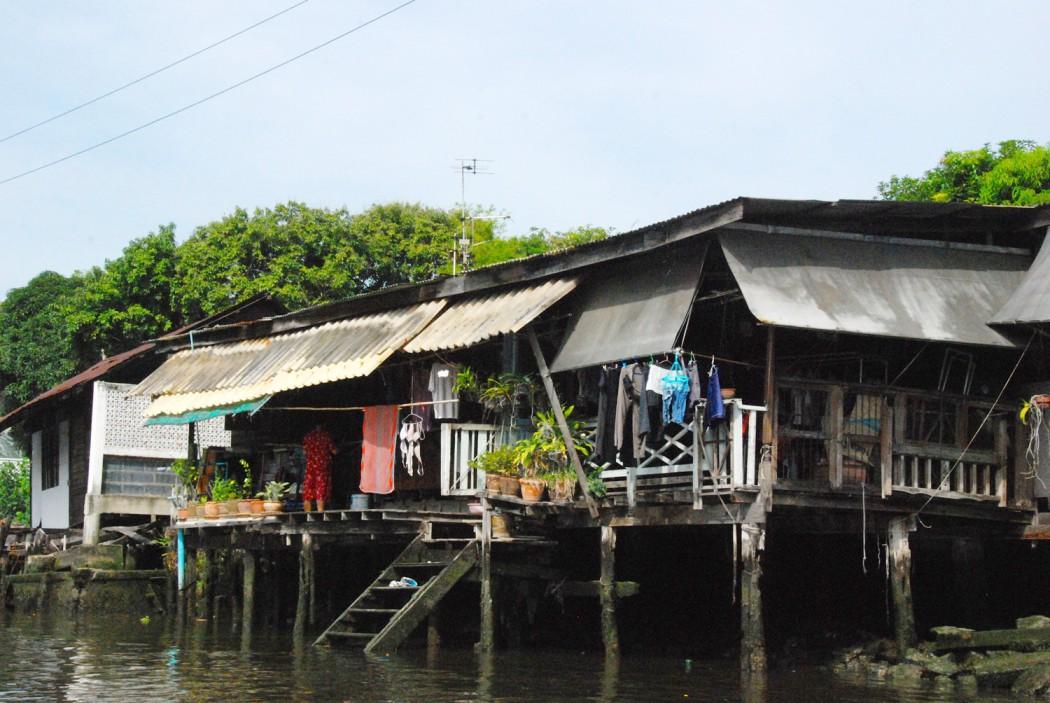 mit dem Fahrrad durch Bangkok Haus auf Pfaehlen