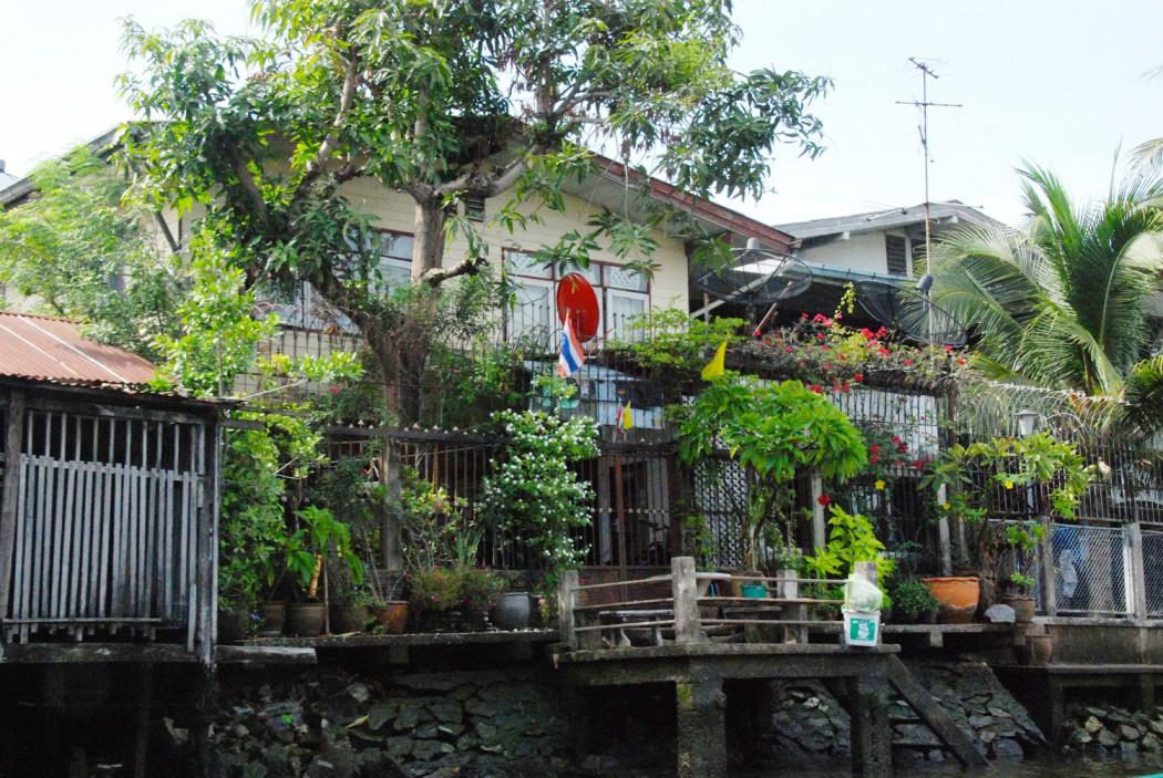 mit dem Fahrrad durch Bangkok schoenes Haus am Kanal