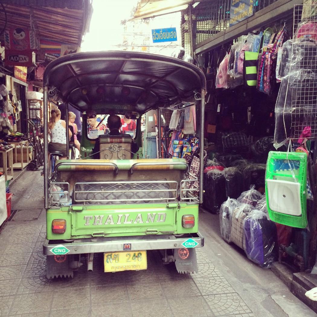 mit dem Fahrrad durch Bangkok und hinter einem Tuk Tuk her