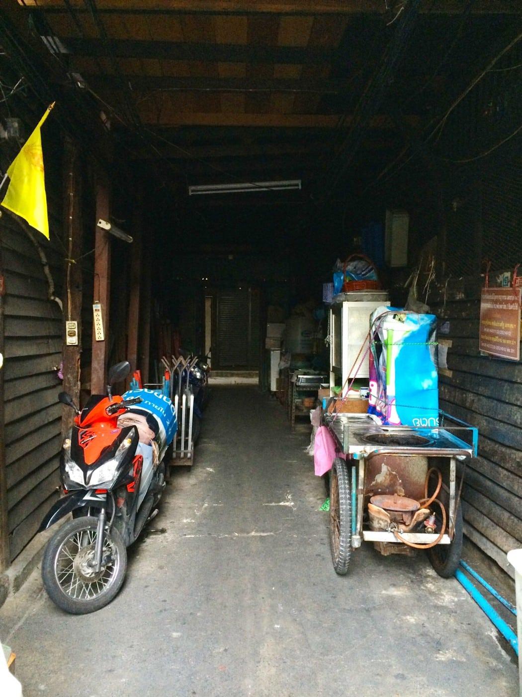 mit dem Fahrrad durch Bangkok Blick in enge GAsse