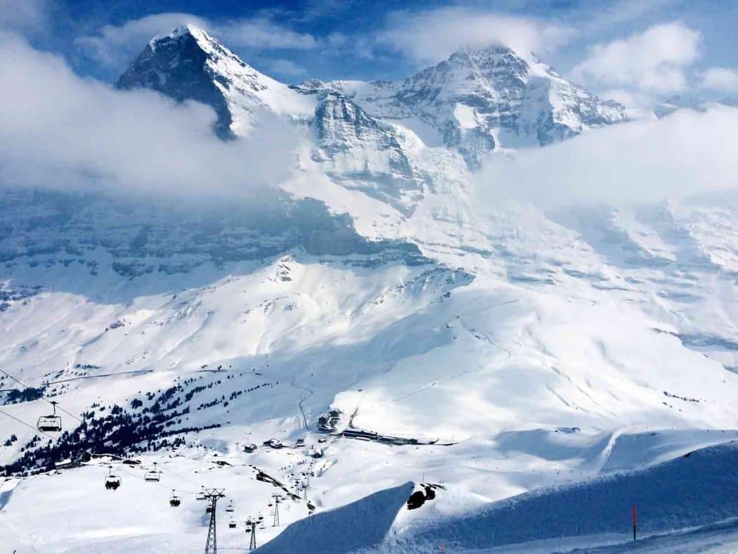 Schweiz, Skifahren vor Kinokulisse.