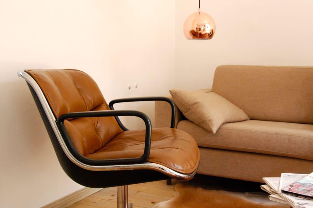 Designstuhl in der kleinen Villa mit Seeblick in Buckow Brandenburg