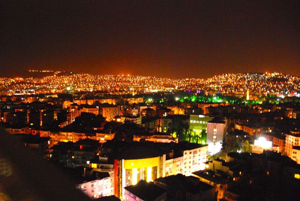 Blick auf die Stadt Izmir bei Nacht