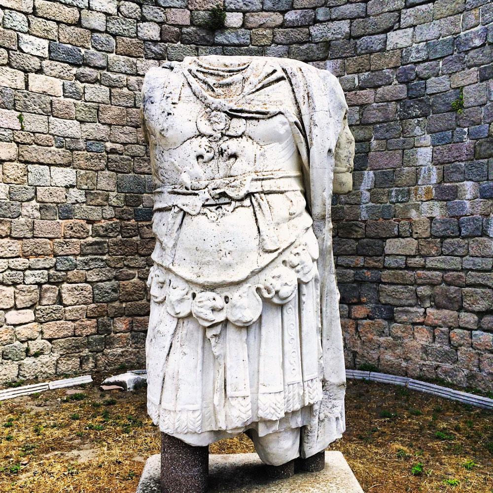Rundreise durch die Westtürkei. Statue in Pergamon