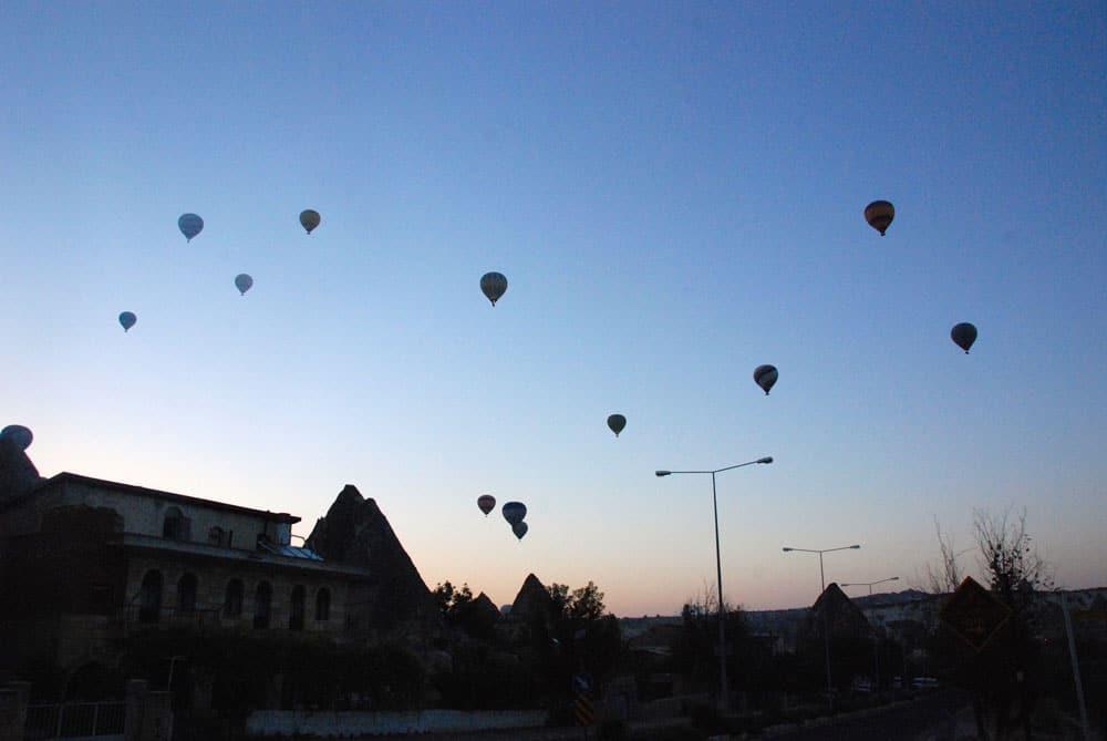 Die ersten Ballons steigen auf in der Morgendaemmerung in Kappadokien