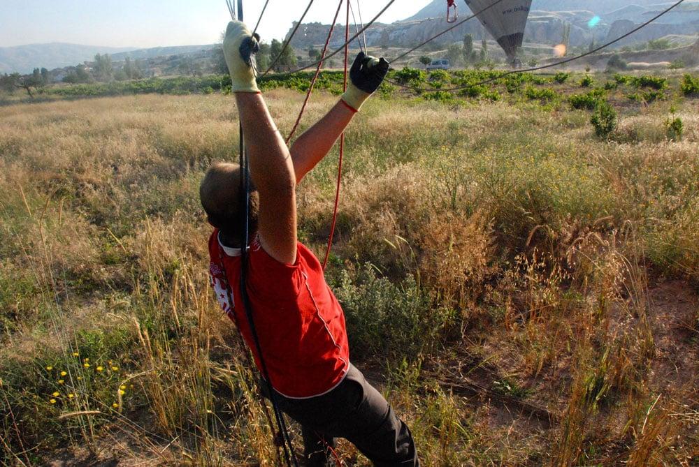 Ballon zusammenlegen Das Ende einer traumhaften Ballonfahrt in Kappadokien