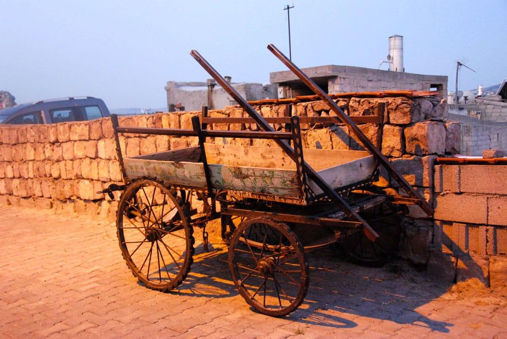 Alte Kutsche in der Morgendaemmerung in Kappadokien