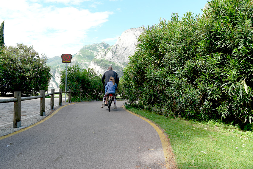 auf dem Fahrradgepäckträger geht es ins Hotel am Gardasee