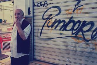 Grieche raucht genuesslich eine Zigarette in Thessaloniki