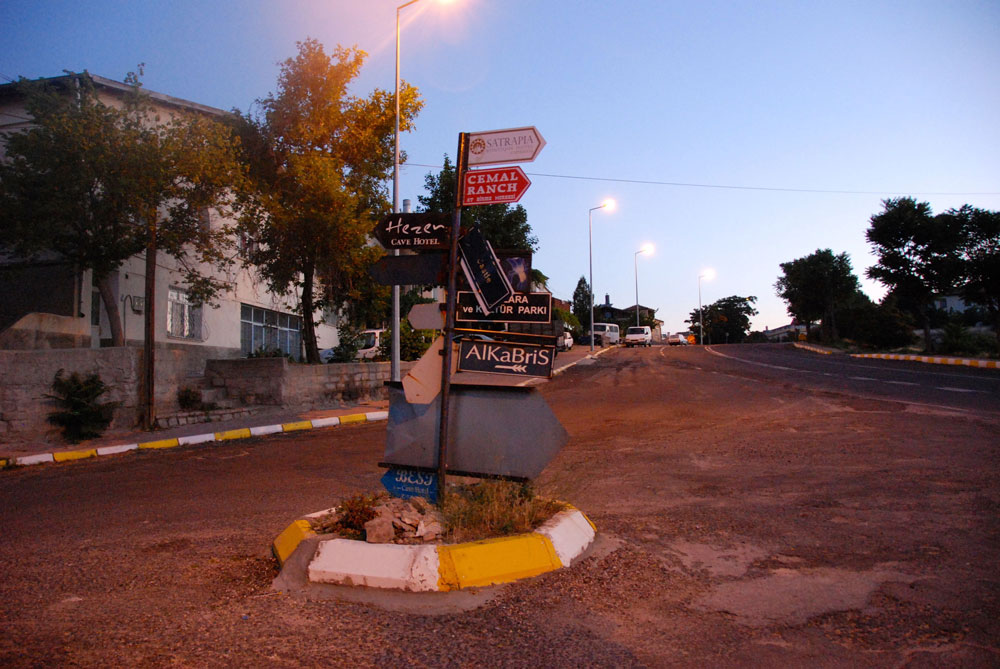 Strassenkreuzungin der Morgendaemmerung in Kappadokien