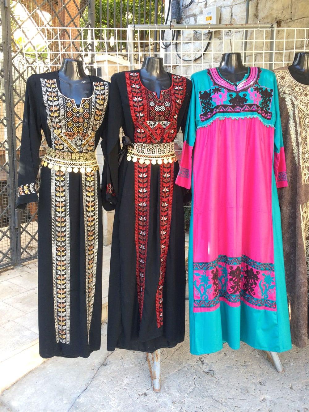 spannende Rundreise durch Israel ©looping-magazin Kleider in Nazareth
