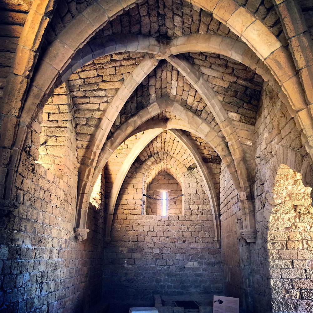 spannende Rundreise durch Israel ©looping-magazin in den Ruinen von Cesarera