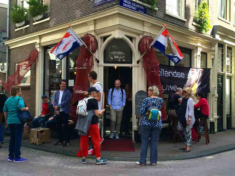 Looping-in-Amsterdam-Foodtour-vor-dem-Fischladen