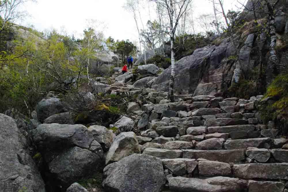 Steinstufen-Aufsteig-preikestolen-Norwegen