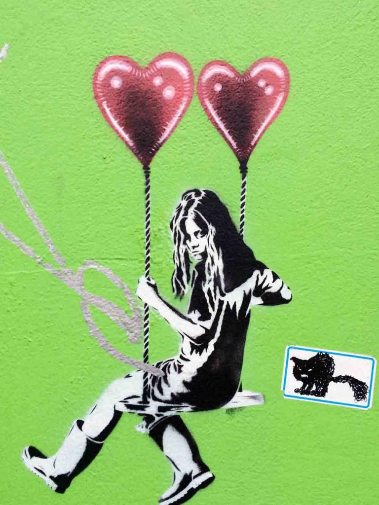 Stavanger-Graffiti-schaukelndes-maedchen
