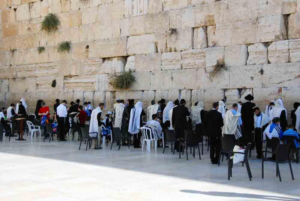 Israel Rundreise Männer an der Klagemauer Jerusalem