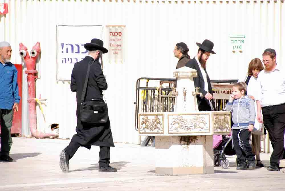 Israel Rundreise orthodoxer Jude auf dem Weg zur Klagemauer