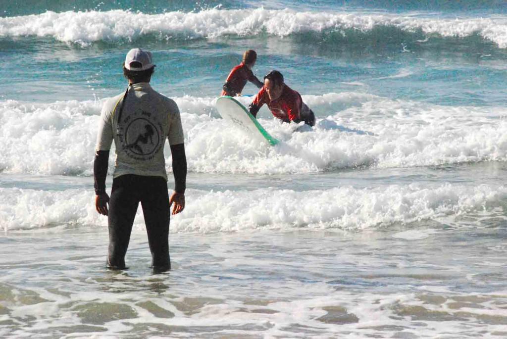 surflehrer-am-strand-portugal