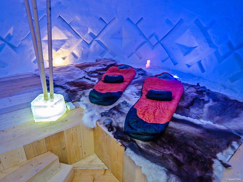 Looping-im-IGLOOTEL_Lappland-Schlafsack-Rentierfelle