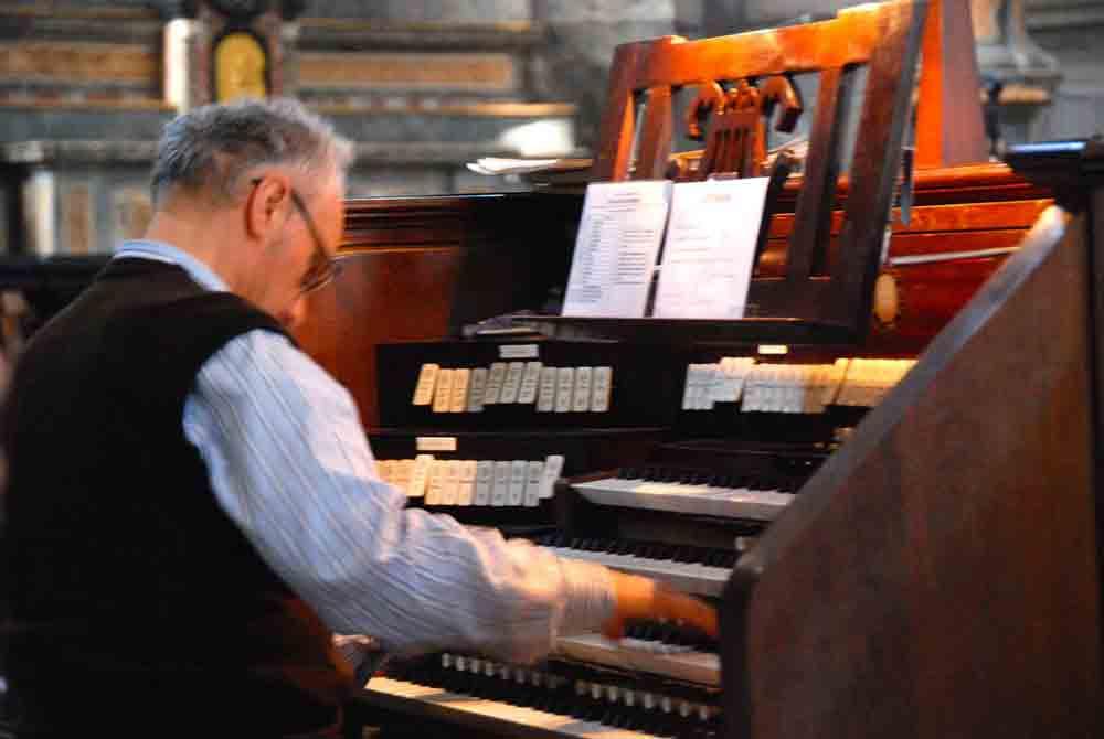 organist-orgelspiel-dom-zu-como-comer-see