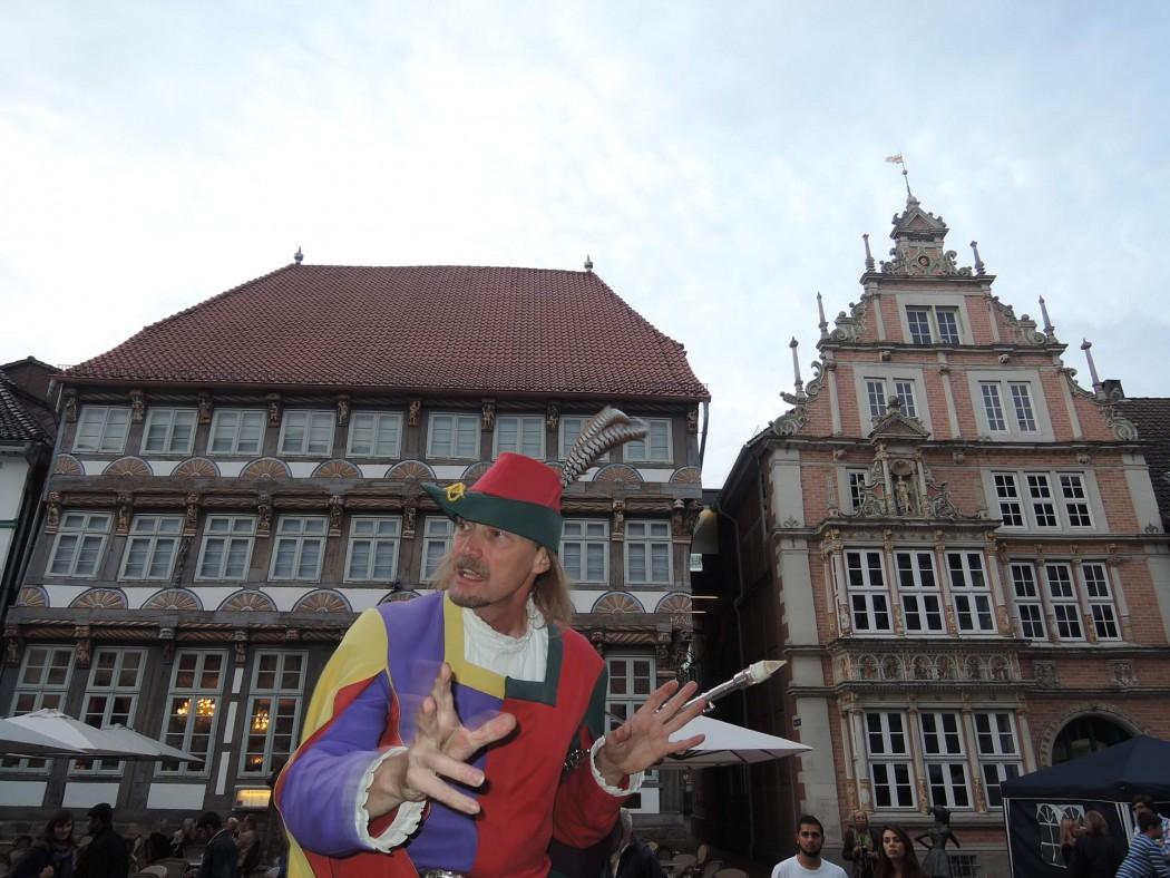 Der Rattenfänger von Hameln führt durch die Stadt