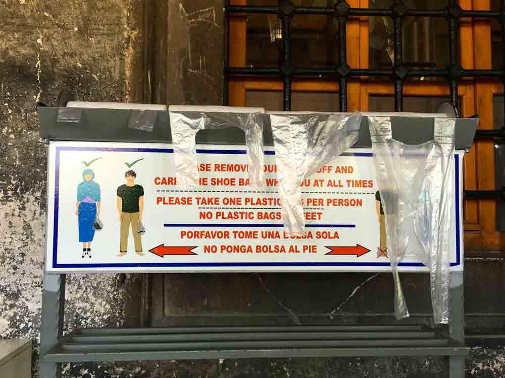 Plastiktueten-fuer-die-schuhe-eingang-blaue-moschee-©looping-in-istanbul