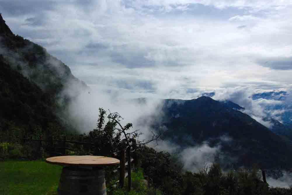 wolken-suedtirol-roter-hahn-urlaub-auf-dem-bauernhof-@looping