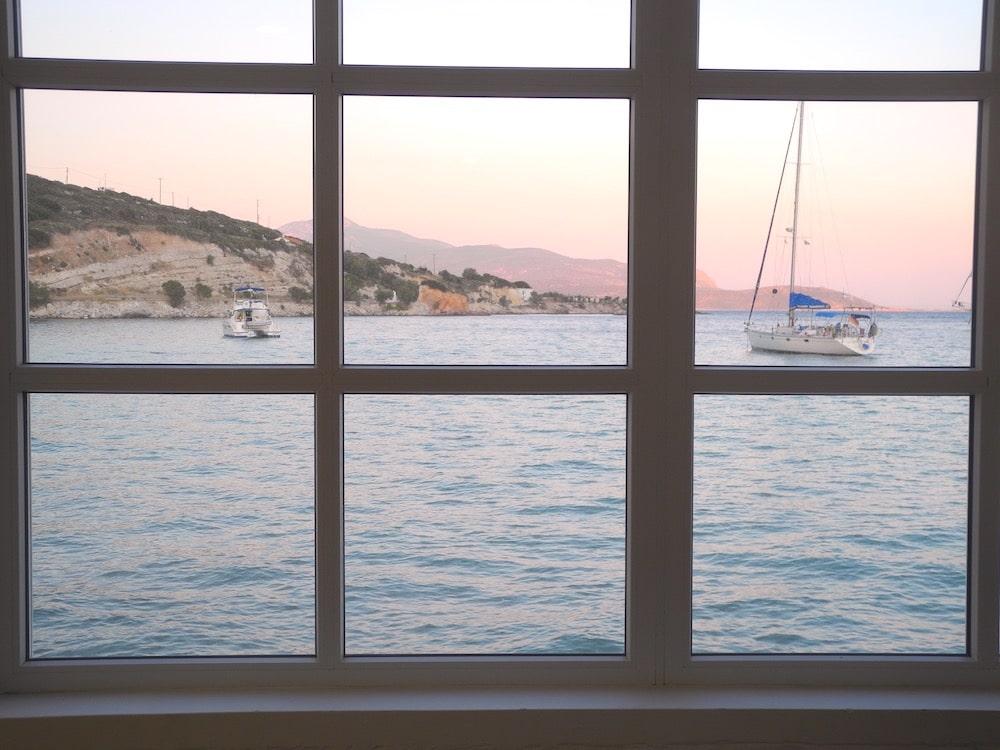 Fenster-Ausblick-aufs-meer-griechische-insel-Samos-©looping