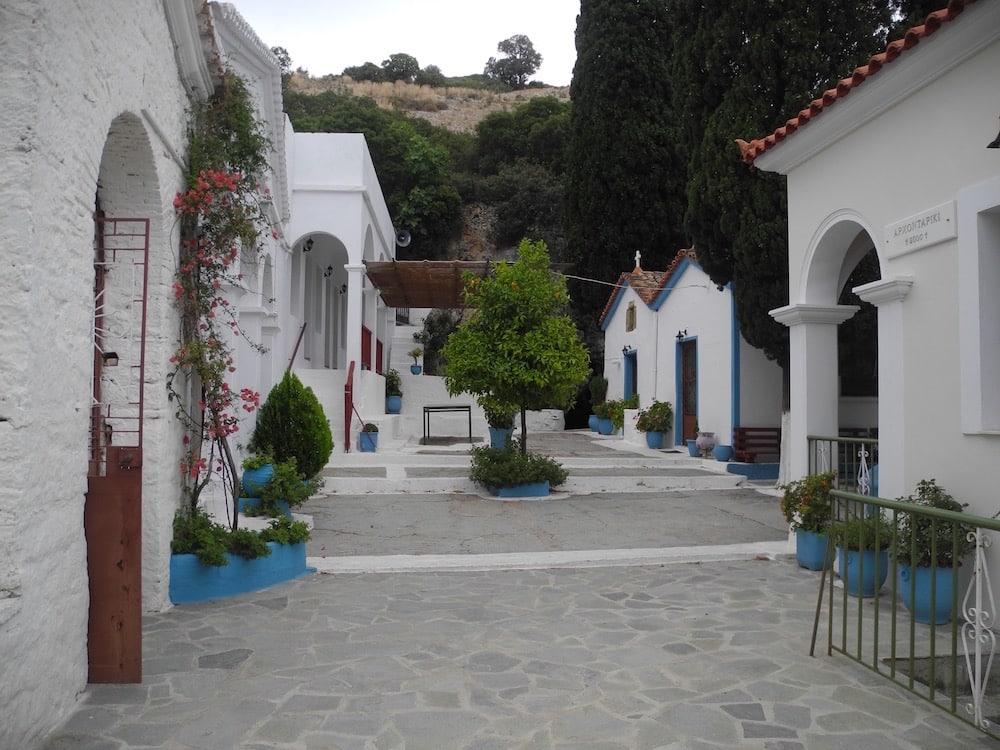 Kloster-Innenhof-griechische-insel-Samos-©looping