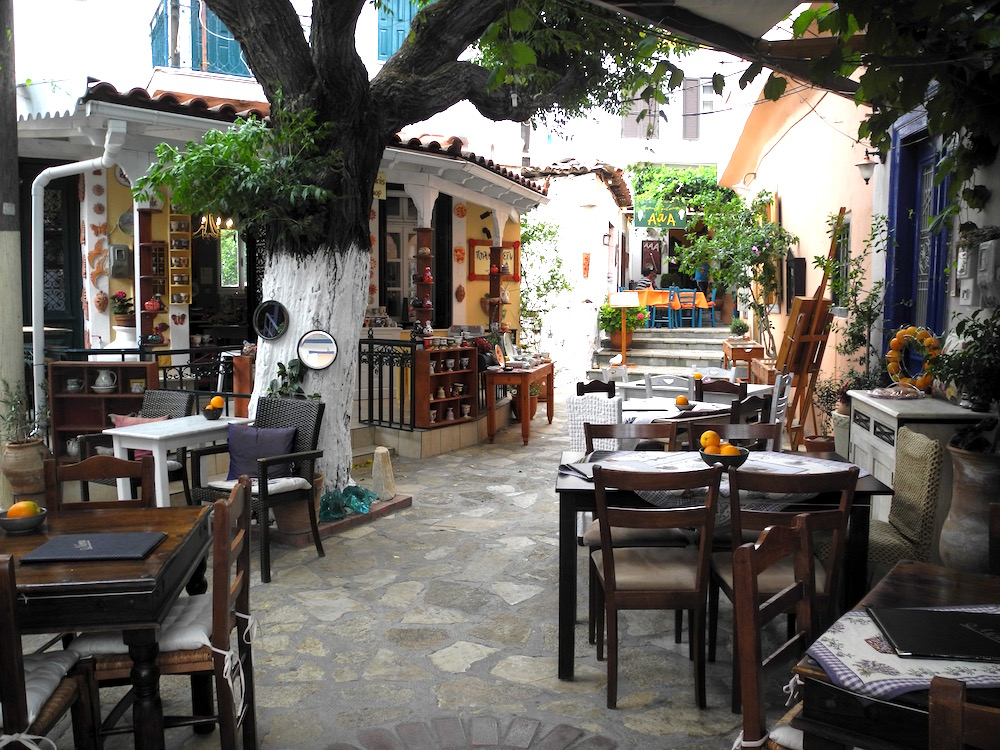 Dorfplatz Samos – der wilde Norden ©looping-magazin