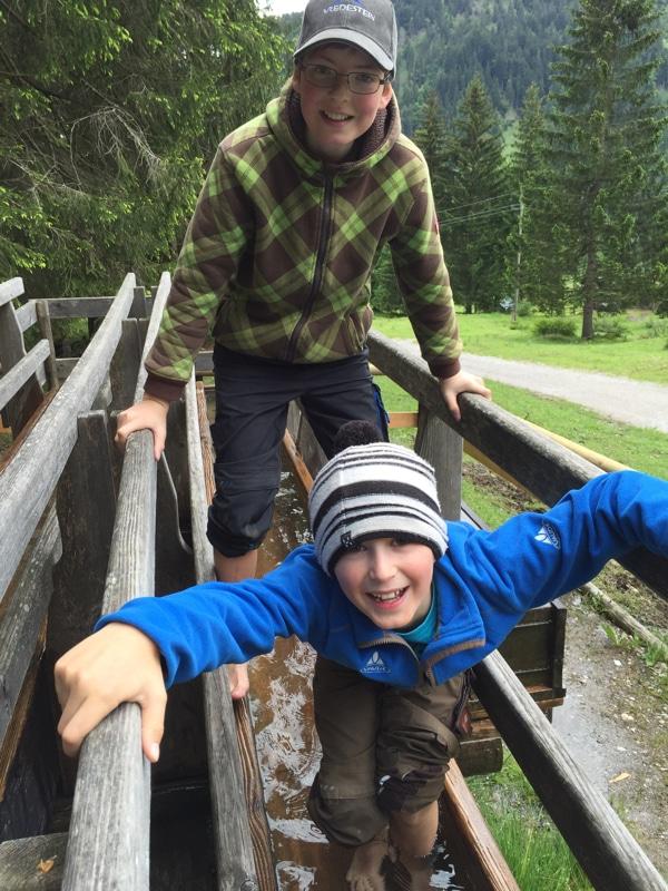 Wandern mit Kindern: im Wasser