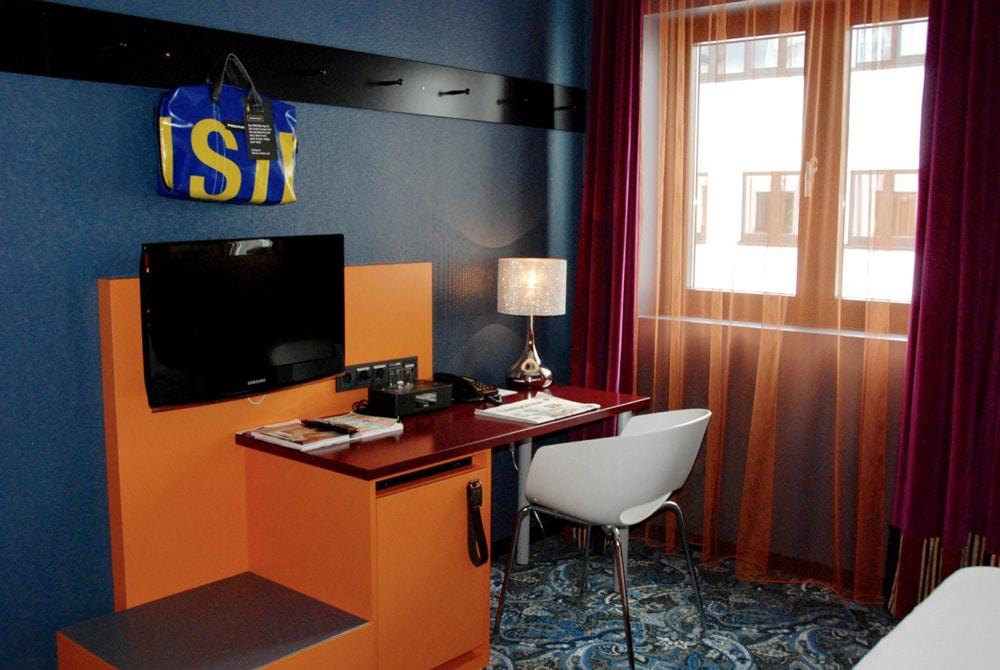 schreibtisch zimmer 25hours by levis frankfurt looping magazin looping zusammen die welt. Black Bedroom Furniture Sets. Home Design Ideas