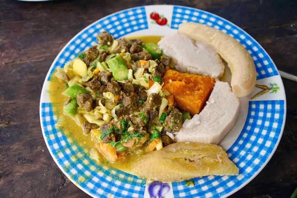 Teller mit vegetarischem Essen auf Jamaika