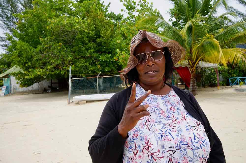 Jamaikanerin am 7 Mile Beach auf Jamaika