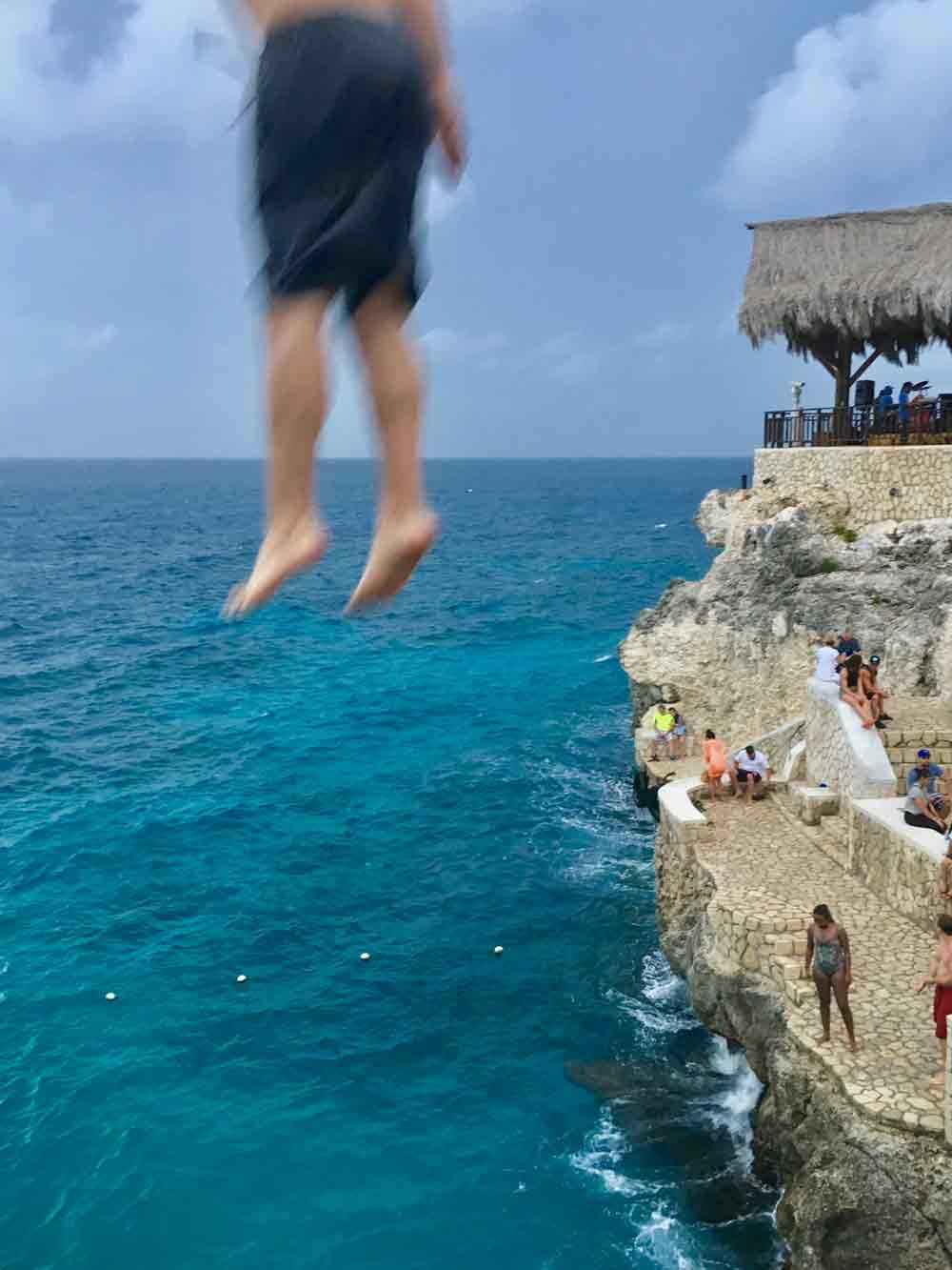Sprung von der Klippe in Ricks Cafe auf Jamaika