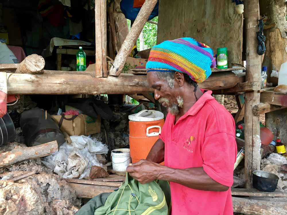 Rastaman auf Jamaika beim Kochen