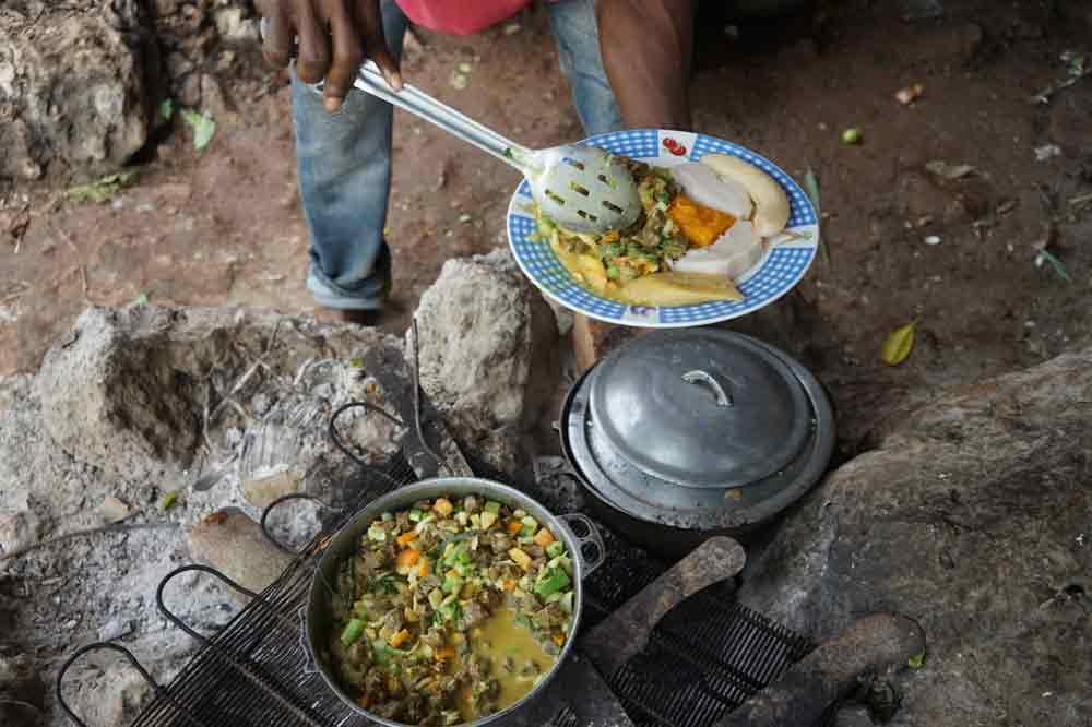 Fire der Rastamann auf Jamaika gibt das Essen auf